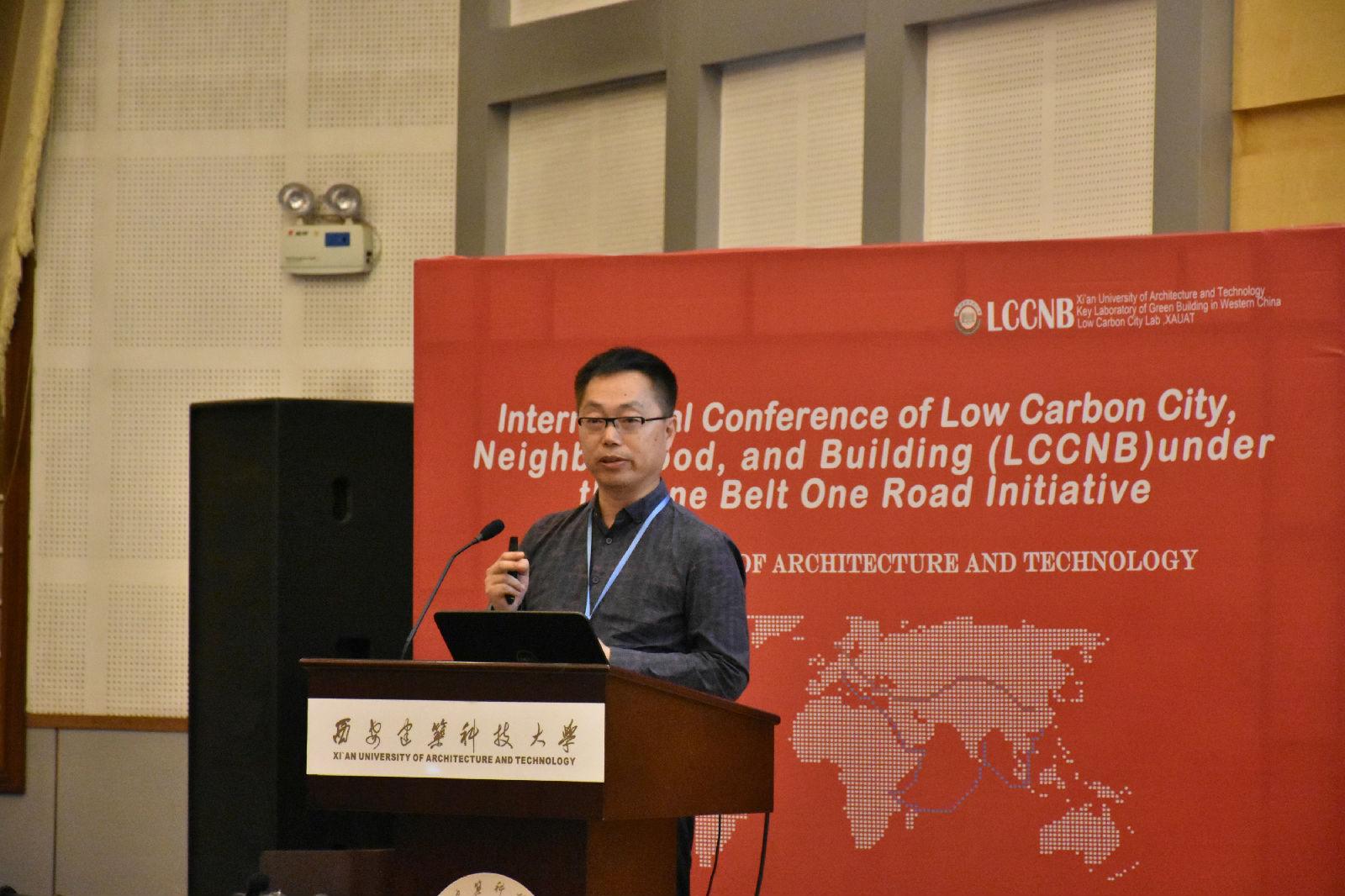 文本框:   建筑学院常务副院长雷振东教授作专题报告